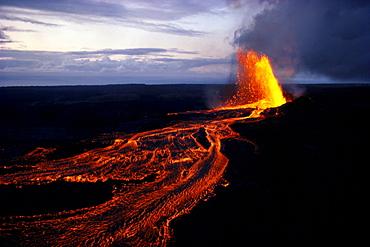 Hawaii, Big Island, Kilauea Volcano, Puu Oo Vent erupting at twilight B1574