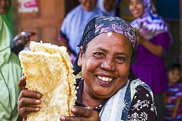 Woman selling rice cakes at the weekly market, Semparu, Lombok, West Nusa Tenggara, Indonesia