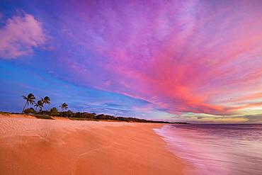 An ideal sunset on the two mile long, three hundred feet wide, Papohaku Beach on the West shore of Molokai. This is the longest white-sand beach in the Hawaiian Islands, Molokai, Hawaii, United States of America