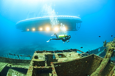 A diver swims over The Carthaginian, a Lahaina landmark, that was sunk as an artifical reef off Lahaina, Maui, Hawaii in December 2005. The Atlantis submarine visites the site several times every day, Maui, Hawaii, USA