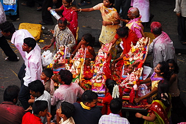Community carrying Ganesha together for immersion, Mumbai, Maharashtra, India, Asia