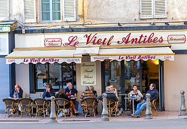 Cafe in the Old Town of Antibes, Antibes, Alpes-Maritimes, Cote d'Azur, France, Europe