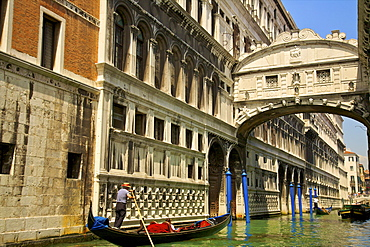 Gondolier with the Bridge of Sighs, Venice, UNESCO World Heritage Site, Veneto, Italy, Europe