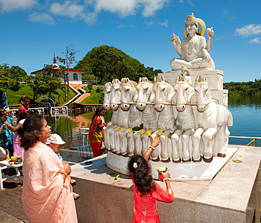 pilgrims paying homage, Holy Hindu Lake of Ganga Talao, Grand Bassin, Mauritius, Africa, Indian Ocean / Ganga Talao