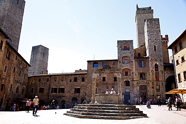 Well, Town Square and towers, San Gimignano, UNESCO World Heritage Site, Tuscany, Italy, Europe