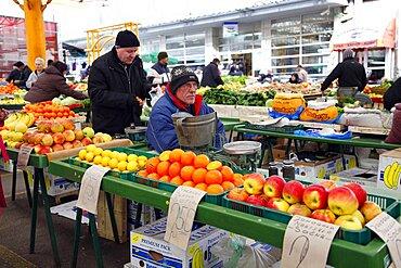 Apples and oranges for sale on stall, Zelena Pijaca Market, Sarajevo, Bosnia, Bosnia and Herzegovina, Europe