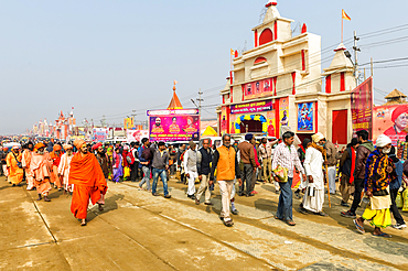 Pilgrims on the way to Allahabad Kumbh Mela, World's largest religious gathering, Allahabad, Uttar Pradesh, India, Asia