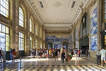 Sao Bento railway station decorated with azulejos, Porto, Portugal, Europe