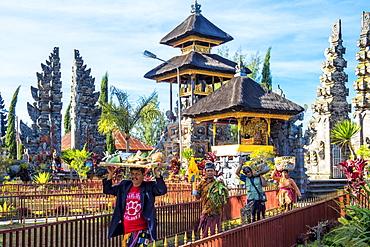 Believers in the Pura Ulun Danu Batur temple, Bali, Indonesia, Southeast Asia, Asia
