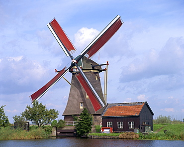Thatched windmill on the canal at Kindersdijk, The Netherlands (Holland), Europe
