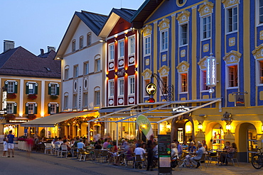 Restaurants in Market Square illuminated at dusk, Mondsee, Mondsee Lake, Oberosterreich (Upper Austria), Austria, Europe