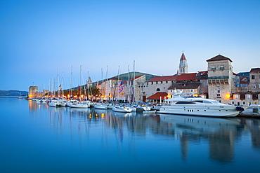 Trogir's historic Stari Grad (Old Town) defensive walls and harbour, UNESCO World Heritage Site, Trogir, Dalmatia, Croatia, Europe - 1158-451