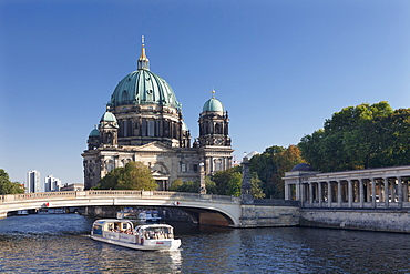 Excursion boat on Spree River, Berliner Dom (Berlin Cathedral), Spree River, Museum Island, UNESCO World Heritage Site, Mitte, Berlin, Europe