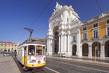 Tram, Arco da Rua Augusta triumphal arch, Praca do Comercio, Baixa, Lisbon, Portugal, Europe