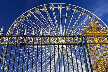 Place de la Concorde ferris wheel, La Grande Roue, seen through railings of Les Jardin de Tuileries, Paris, France
