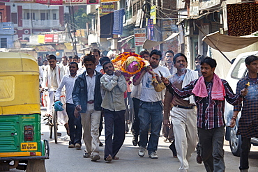 Body of dead Hindu woman carried in procession in street for funeral pyre cremation by the Ganges, Varanasi, Benares, Northern India