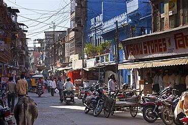 Busy street scene Tambaku Bazar in Jodhpur Old Town, Rajasthan, Northern India