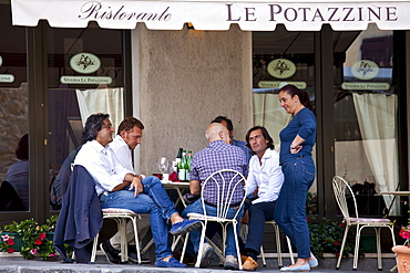 Diners eat al fresco at restaurant and bar Ristorante Le Potazzine in Montalcino, Val D'Orcia,Tuscany, Italy