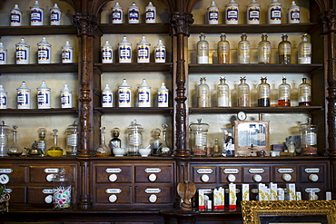 Old medicine bottles pharmacy display in Farmacia Dr A Alonso Nunez shop in Calle Ancha, Leon, Castilla y Leon, Spain