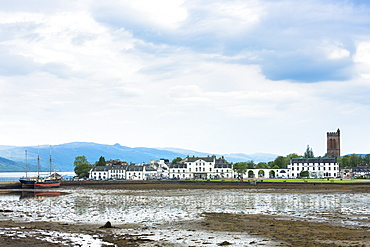 Inveraray with the Argyll Hotel in Mid Argyll at low tide in the Loch Fine estuary, Argyll and Bute region, Scotland, United Kingdom, Europe