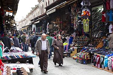 Muslim couple shopping in The Grand Bazaar (Great Bazaar) (Kapali Carsi), Beyazi, Istanbul, Turkey, Europe