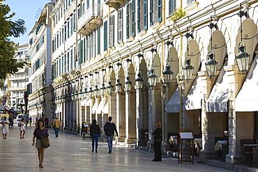 People strolling along the arcades of the Liston at the Spianada in Kerkyra, Corfu Town, Corfu, Greek Islands, Greece, Europe
