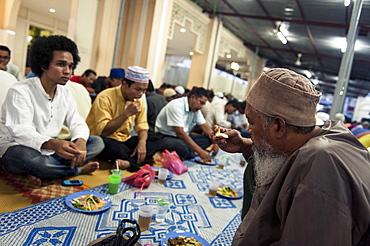 Muslims break the fast (iftar), Kampung Baru Mosque, Kuala Lumpur, Malaysia, Southeast Asia, Asia