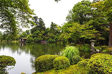 Rain drops fall on Kasumigaike Pond in summer, Kenrokuen, one of Japan's three most beautiful landscape gardens, Kanazawa, Japan, Asia
