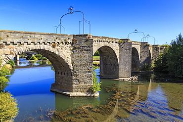 The 14th century medieval bridge Pont-Vieux, over River Aude, Ville Basse, Carcassonne, Languedoc-Roussillon, France, Europe