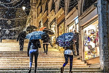 People on Rialto Bridge with umbrellas during rare snowfall, winter evening, Venice, UNESCO World Heritage Site, Veneto, Italy, Europe