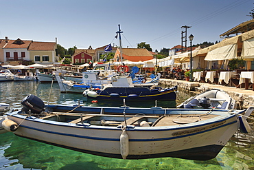 Harbourside with boats, cafes and clear green water, Fiskardo, Kefalonia (Cephalonia), Ionian Islands, Greece