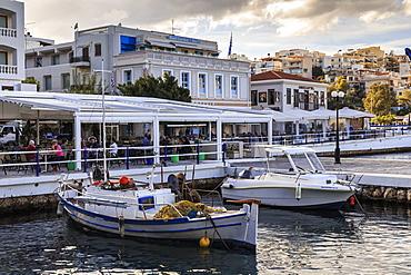 Voulismeni Lake, pedestrianised lakeside lined with fishing boats, cafes and restaurants, Agios Nikolaos, Lasithi, Crete, Greek Islands, Greece, Europe