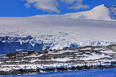 Palmer Station, year-round US Base, glacier and mountain backdrop, Anvers Island, Antarctic Peninsula, Antarctica, Polar Regions