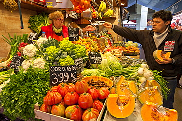 Arranging the stall, Saturday morning at La Boqueria, probably Barcelona's best-known market, off La Rambla, Barcelona, Catalonia, Spain, Europe