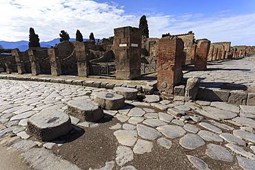 Cobbled street stepping stones, Roman ruins of Pompeii, UNESCO World Heritage Site, Campania, Italy, Europe