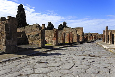 Long cobbled street, Roman ruins of Pompeii, UNESCO World Heritage Site, Campania, Italy, Europe