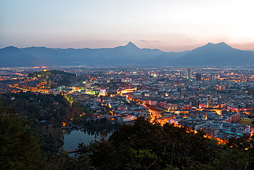 Cityscape of Lijiang, with Jade Spring Park, Lion Hill and surrounding mountains, Lijiang, Yunnan, China, Asia
