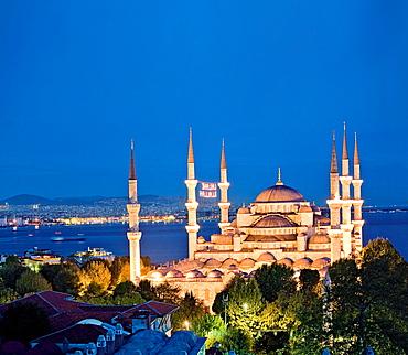 Illuminated Sultan Ahmed Mosque at night, Istanbul, Turkey