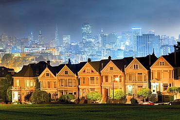 Alamo Square Postcard Row and San Francisco skyline, San Francisco, California, USA