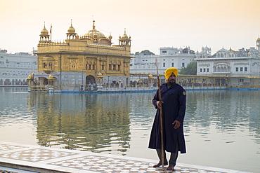 Sikh guard at the Harmandir Sahib (The Golden Temple), Amritsar, Punjab, India, Asia