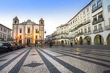 Giraldo Square (Praca do Giraldo) and St. Anton's church in the historic centre, with dragon's tooth paving, Evora, UNESCO World Heritage Site, Alentejo, Portugal, Europe