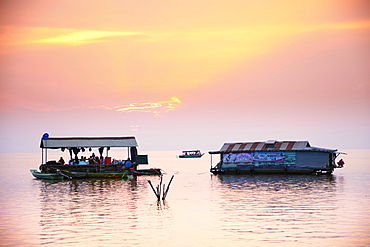 Floating houses on Tonle Sap lake, Siem Reap, Cambodia, Indochina, Southeast Asia, Asia