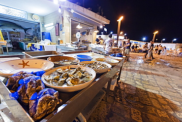 Fish market at the harbour of Gallipoli, Province of Lecce, Apulia, Italy, Europe
