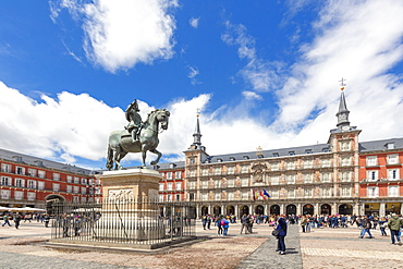 King Philip III statue and Casa de la Panaderia (Bakery House), Plaza Mayor, Madrid, Spain, Europe