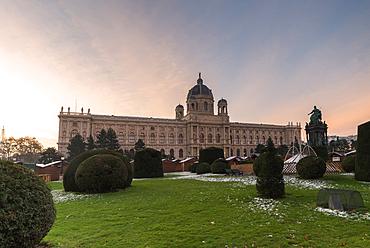 Garden and Christmas markets at the Art History Museum (Kunsthistorisches Museum), Maria-Theresien-Platz, Vienna, Austria, Europe