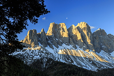 The group of Odle and its peaks at sunrise, St. Magdalena, Funes Valley, South Tyrol, Dolomites, Italy, Europe