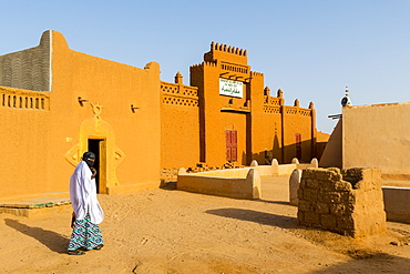 Woman on her way home, UNESCO World Heritage Site, Agadez, Niger, West Africa, Africa
