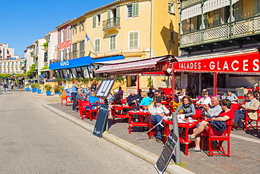 Cafe in Cassis harbour, Cassis, Bouches du Rhone, Provence, Provence-Alpes-Cote d'Azur, French Riviera, France, Europe