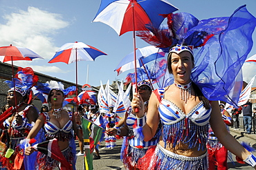 UK. REVELLERS AND DANCERS PARADING AT NOTTING HILL CARNIVAL THE BIGGEST ONE IN EUROPE. LONDON, ENGLAND
