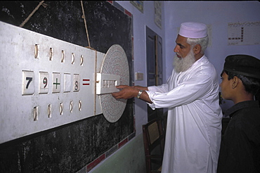 Education, pakistan. Punjab. Maths class using traditional methods in a primary state school